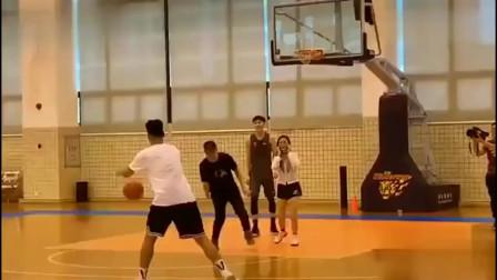 胡明轩赵睿与美女打篮球,这气氛也太粉红了吧