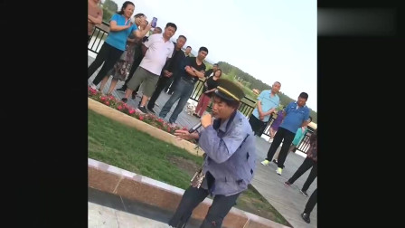 霸占广场的流浪歌手,一开嗓引来大批路人围观,真是高手在民间