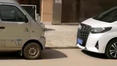 都是面包车,美女凭啥上他车,不上我车?
