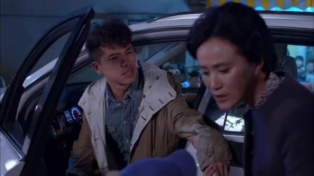 谈判冤家:美女没钱还钱,只好把车给小伙,女
