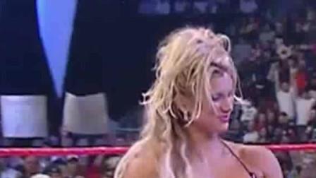 WWE:白哥对美女好绅士,还帮美女忙,观众眼睛