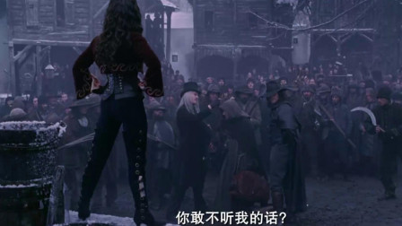范海辛拿弩箭对着美女,可美女弯下腰,却是有