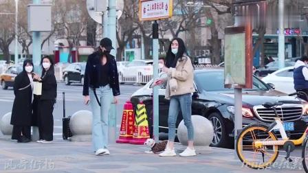 三里屯街拍:牛仔裤小姐姐穿搭时尚气质棒,就连狗狗穿的都是芬迪