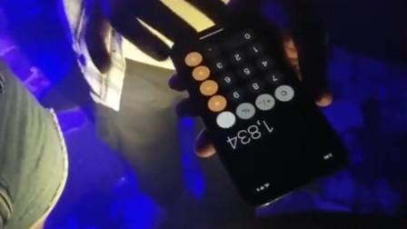 酒吧里的小伙子用手机计算器撩美女,最后屏幕