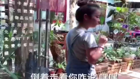 四川美女进出商店调戏会说话的鹦鹉,倒着进时
