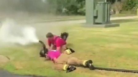 搞笑视频:高压水枪力气有多大,看看这两个德国消防员就知道了,真是让他们丢大人了!
