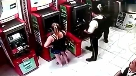 监控实拍:外国美女提款机取钱,监控拍下无语