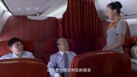 美女空姐因紧张犯错,不料乘客不怒反笑,考起