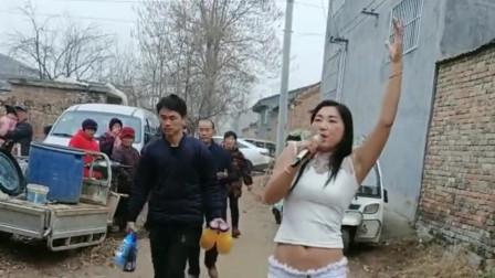 美女在农村演唱,无奈村里大叔们都听不懂,尴
