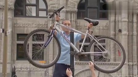国外恶搞:自行车离奇穿越进路灯杆,主人懵圈