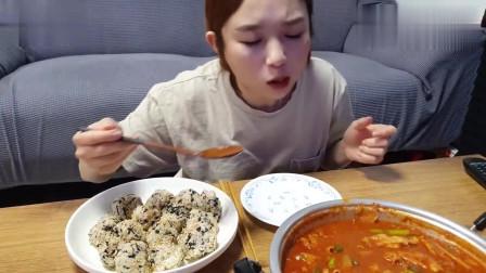 美女自己烹饪美食,满满一大碗的韩国牛杂,看
