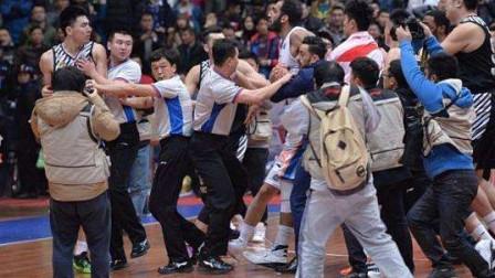 死缠烂打,日本篮球联赛冲突集锦,高素质的联赛,也有控制不住的情绪