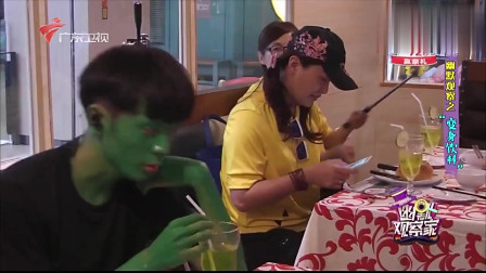 幽默观察家:小哥体验神奇饮料喝下后全身变绿