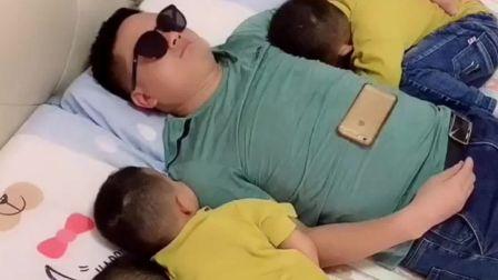 搞笑视频:山东爸爸哄三胞胎儿子睡觉,睡个午