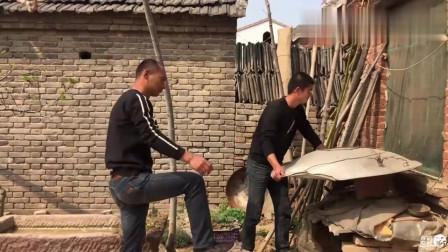 农村搞笑兄弟帮忙干活,四弟当面说出三哥糗事