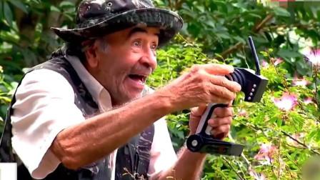国外老头恶搞游客,游客吓得纷纷逃跑