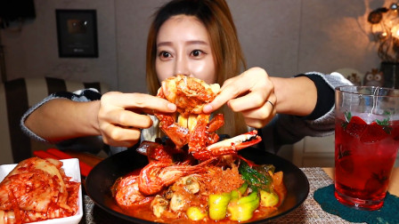韩国美女吃播,自制辣炒螃蟹,啃螃蟹非常有经