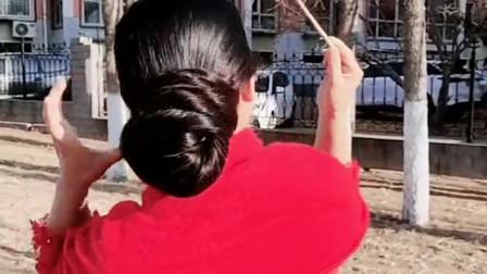 美女十年没剪头发,散下来都比老公还高了,有