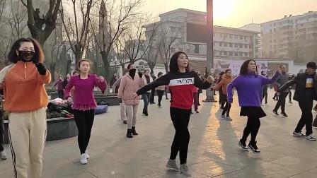 美女辣妈跳起的广场舞真好看,舞姿洒脱动作轻