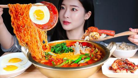 """美女吃播:韩国""""爆辣""""部队火锅,大口嗦面太"""