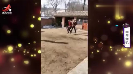 家庭幽默录像:跳绳跳到裤子脱落,这姑娘的搞