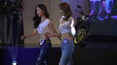 两个韩国美女同时走秀,可爱的动作,让人心动