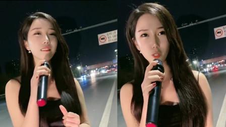 清纯美女路边唱歌,一首《你是我的人》,曲美人更美!