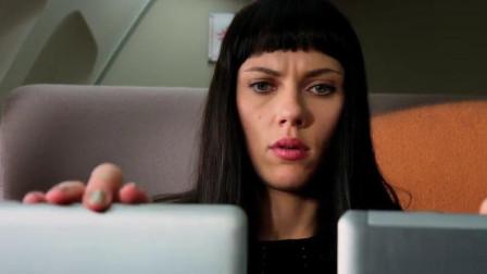 超体:美女双手操作两台电脑,手速太快了,旁