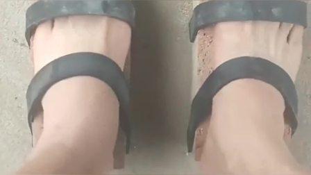 搞笑视频:河南大哥这是我见过最特别的拖鞋,