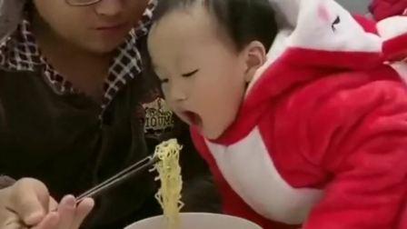 搞笑视频:湖南老公晚上起来吃夜宵,一旁的萌