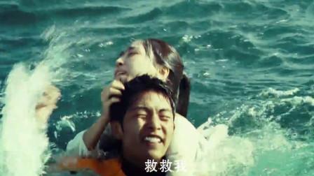 美女掉入海里,不料救生员还给她的死亡提速,