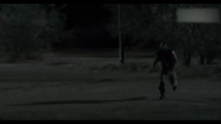 """美女开枪打丧尸误伤队友,男子""""你打到我后背"""