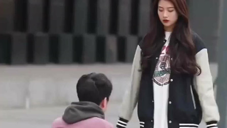 小伙在街边和美女求婚,结果尴尬了。