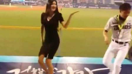 据说她是韩国最出名的啦啦队美女, 观众专门去看