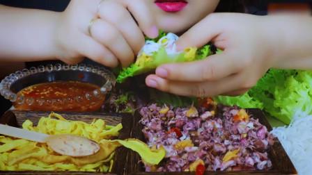 国外美女吃播:吃小鱿鱼和鸡蛋面条+蔬菜沙拉