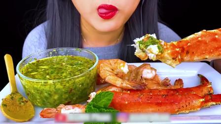 国外美女吃播:海鲜煮,吃蟹腿和大虾配秘制海