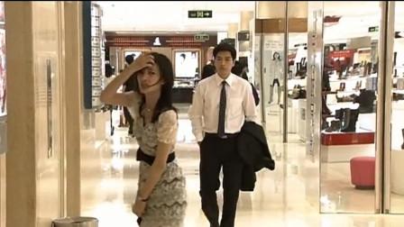 男子想进电梯美女想出去,一不小心把美女裙子