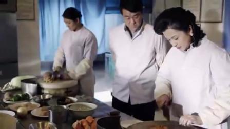 美女和雨柱在厨房一起做饭,两人像夫妻一样甜