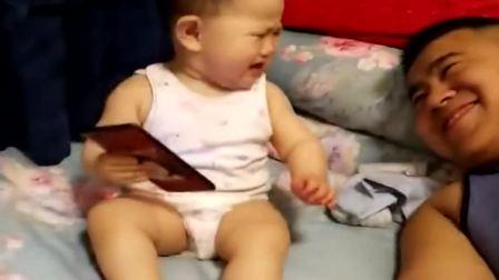 搞笑视频:广东爸爸偷亲小情人的腿,被发现了,接下来小家伙的反应,看完不许笑
