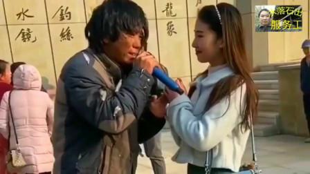 流浪歌手在街头所演唱的最流行的网络歌曲,跟原唱有的一拼