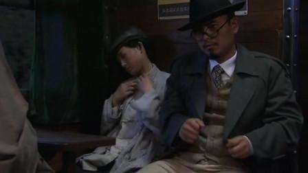 美女小偷把目标放到同坐的乘客,不料却摸到枪
