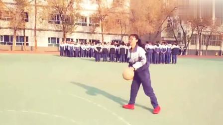 高中妹子打篮球,本想上去打两局,看这技术后赶紧走了!