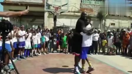 奥尼尔打街球狂虐小学生,把人都吓哭了,沙克赶紧拥抱安慰!
