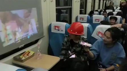 四川成都市美女:火车上什么奇葩事都有,为了像看大屏幕的电视,还有人带着投影器!