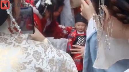 爆笑:放开那个小孩,让我来替他好不好美女们