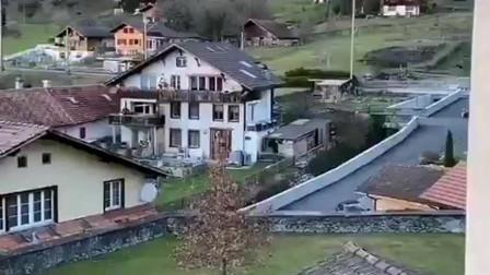 福建美女在乡村生活,附近周围环绕着山,这是