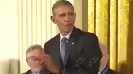 奥巴马为篮球之神迈克尔乔丹颁奖,幽默调侃乔