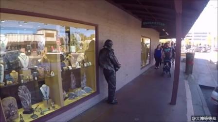 外国街头恶搞:青铜牛仔又在吓唬人了,过往美
