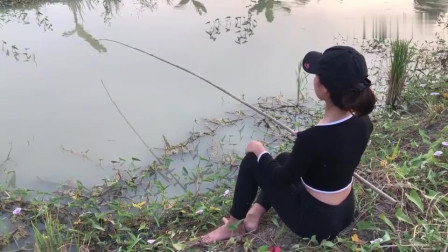 农村美女用热狗做饵搞野钓鱼,钓到的野货多到