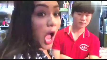 老外在中国:印度美女在中国:被烤鱿鱼征服,刚吃一口就忍不住称赞美味!